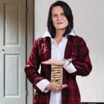 Женщина, раздающая печенье